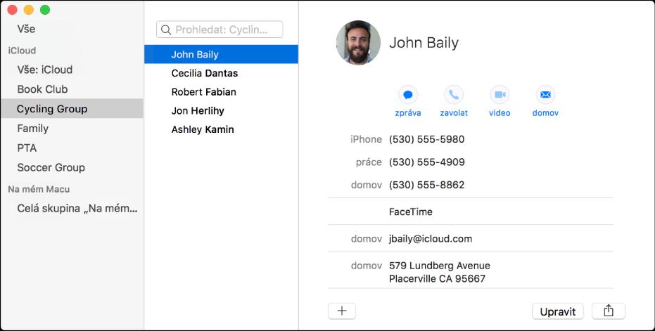 Okno aplikace Kontakty se zobrazeným bočním panelem se skupinami, jako například Čtenářský klub nebo Cyklistický oddíl, a dále vizitka, v jejíž dolní části se nachází tlačítko pro přidání nového kontaktu nebo skupiny