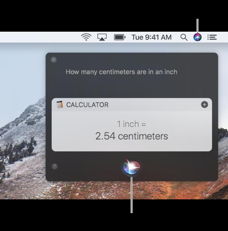 """Øverst til højre på Mac-skrivebordet med symbolet for Siri på menulinjen og Siri-vinduet med spørgsmålet """"Hvor mange centimeter går der på en tomme"""" og svaret (konverteringen fra Lommeregner). Klik på symbolet nederst i midten af Siri-vinduet for at fremsætte en ny anmodning."""