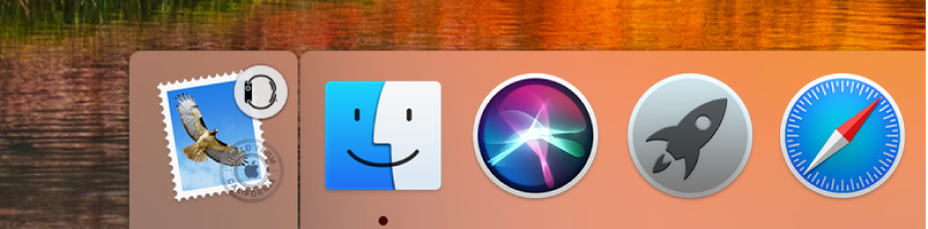 Ikona funkcji Handoff zzegarka AppleWatch, wyświetlana po lewej stronie Docka.