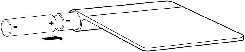 Pilhas sendo inseridas no compartimento de pilhas de um trackpad.