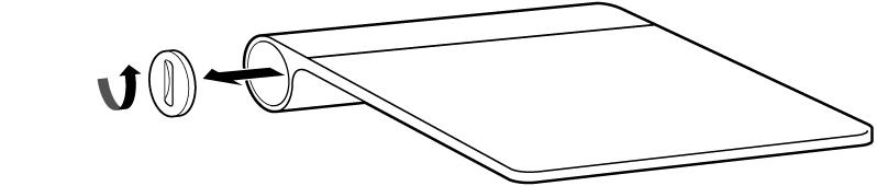 A tampa removida do compartimento das pilhas de um trackpad.