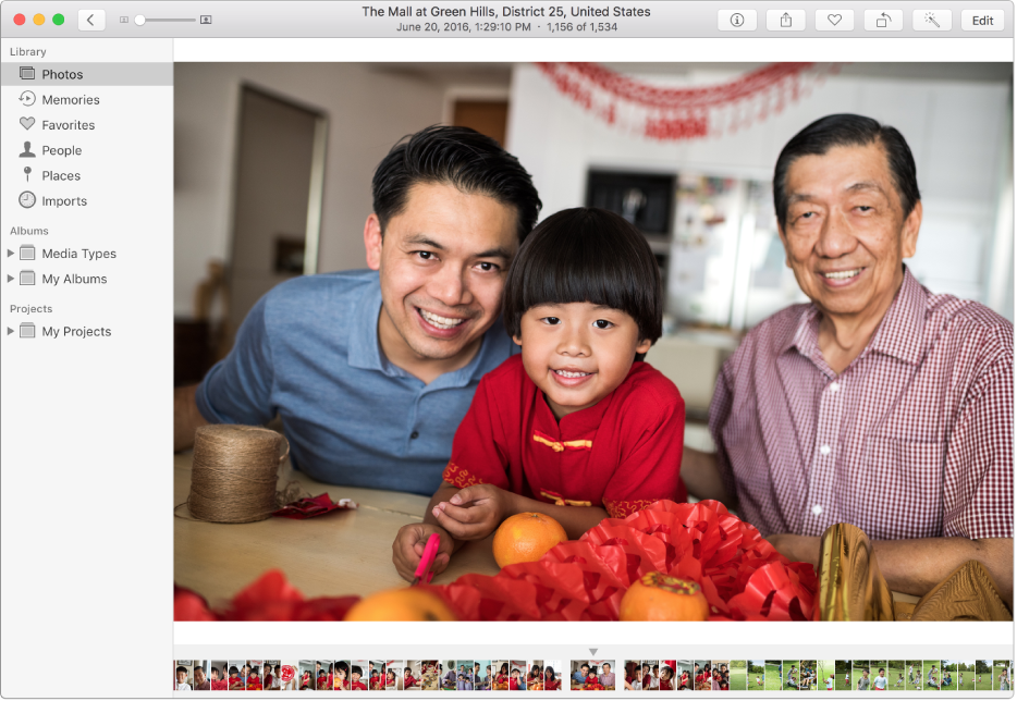 Vinduet Fotos, der viser et fotografi i højre side, en række miniaturefotografier nederst og indholdsoversigten til venstre.