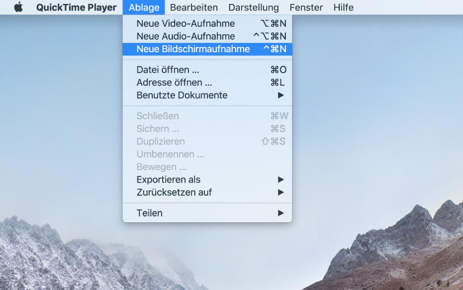 """Ein Mac mit einem Aufnahmebildschirm; zuvor hat der Benutzer """"Ablage"""" > """"Neue Bildschirmaufnahme"""" gewählt, auf """"Aufnahme"""" geklickt, einen Teil des Bildschirms durch Ziehen markiert und dann auf die Taste """"Aufnahme starten"""" geklickt Der ausgewählte Bildschirmausschnitt mit dem Zeiger,der auf das Objekt """"Emoji & Symbole"""" im Finder-Menü """"Bearbeiten"""" klickt"""