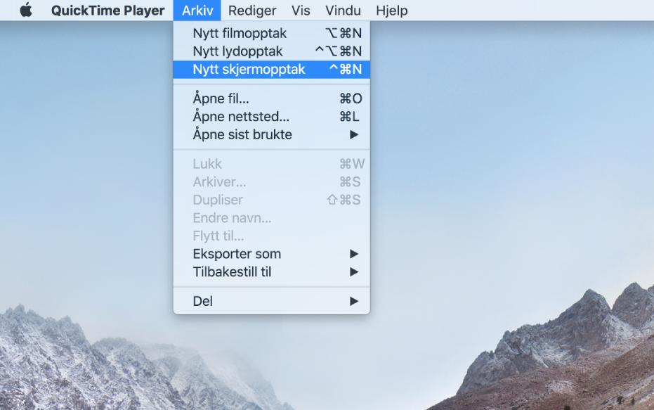 En Mac-skjerm som viser et skjermopptak etter at brukeren velger Arkiv > Nytt skjermopptak, klikker på Ta opp, flytter over en del av skjermen, og deretter klikker på Start opptak-knappen. Delen av skjermen som er markert viser markøren som klikker på Emoji og symboler-objektet i Rediger-menyen i Finder.