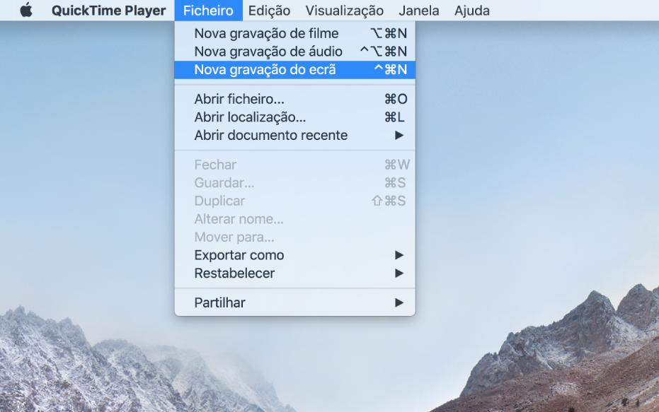"""Um ecrã do Mac que mostra uma gravação de ecrã após o utilizador selecionar Ficheiro > Nova gravação do ecrã, clicar em Gravar, arrastar uma parte do ecrã e, em seguida, clicar no botão """"Iniciar a gravação"""". A parte do ecrã que está selecionada está a mostrar o cursor a clicar no elemento """"Emoji e símbolos"""" no menu Edição do Finder."""