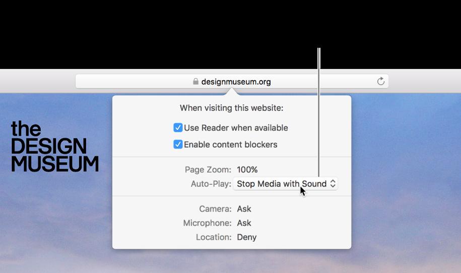 Dialogrutan som visas nedanför det smarta sökfältet när du väljer Safari > Inställningar för den här webbplatsen. Dialogrutan innehåller alternativ för hur du surfar på den aktuella webbplatsen, inklusive att använda läsarvyn, aktivera innehållsblockerare och annat.
