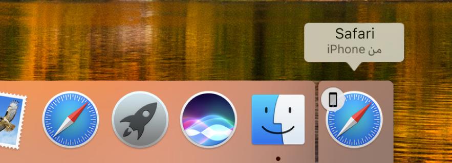أيقونة Handoff لتطبيق من الـiPhone على الجانب الأيسر من الـDock.