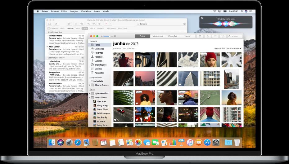 Um computador Mac mostrando apps abertos na mesa.