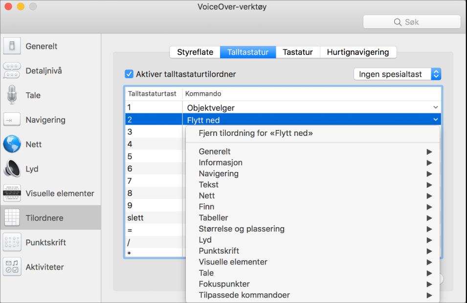 VoiceOver-verktøy-vinduet som viser Tilordnere-kategorien markert i sidepanelet og Talltastatur-panelet markert til høyre. Øverst i Talltastatur-panelet er avkrysningsruten for Aktiver talltastaturtilordner markert. Ingen spesialtast er valgt fra Spesialtast-lokalmenyen. Nedenfor avkrysningsruten og lokalmenyen vises en tabell med to kolonner: Talltastatur-tast og Kommando. Andre rad er valgt og inneholder 2 i Talltastatur-kolonnen og Flytt ned i Kommando-kolonnen. En lokalmeny under Flytt ned viser kommandokategorier, som Generelt. Hver kategori har en pil som viser kommandoer som kan tilordnes gjeldende Talltastatur-tast.