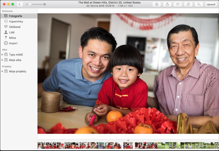 Okno aplikace Fotky sfotografií na pravé straně, řadou miniatur fotografií ve spodní části abočním panelem vlevo.