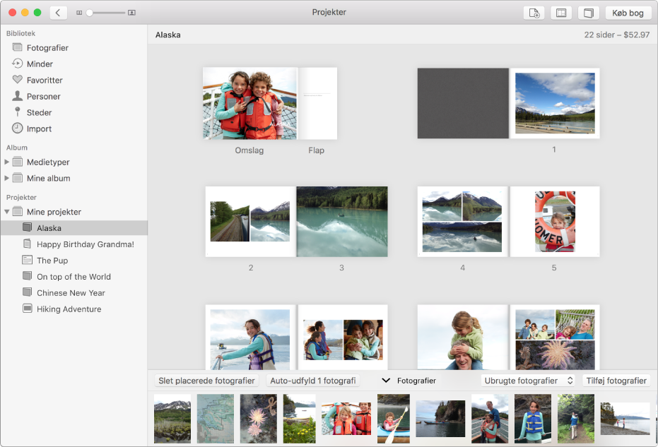 Vinduet Fotos med et åbent bogprojekt, der viser sider med fotografier.