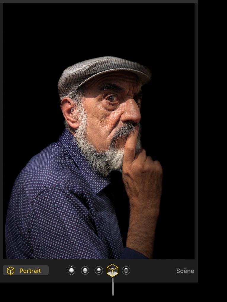 Photo en mode portrait avec un éclairage de scène créant un arrière-plan noir.