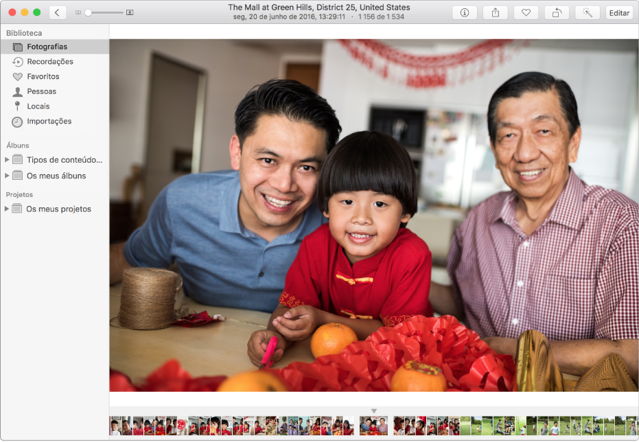 Janela da aplicação Fotografias com uma fotografia no lado direito, uma linha de miniaturas de fotografias no fundo da janela e a barra lateral no lado esquerdo
