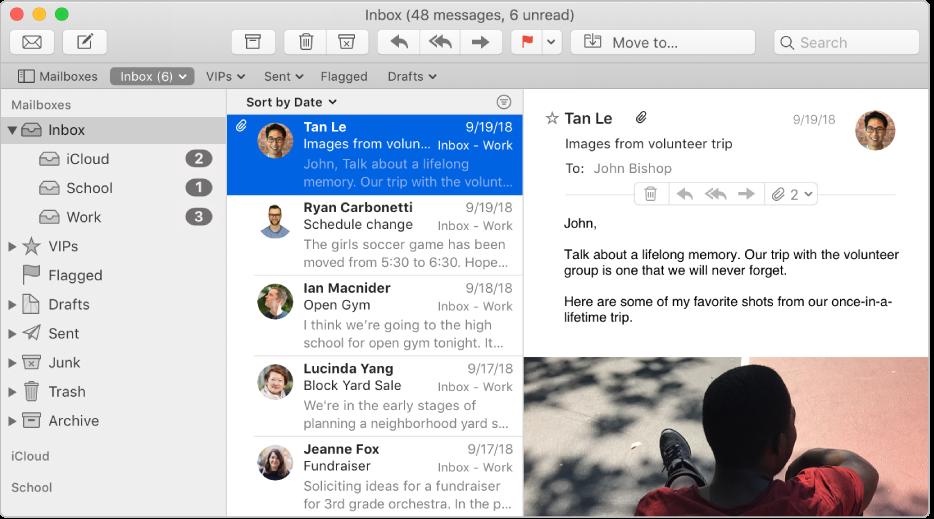 Boční panel vokně Mailu se zobrazenými přihrádkami na příchozí poštu pro iCloud, školní apracovní účet