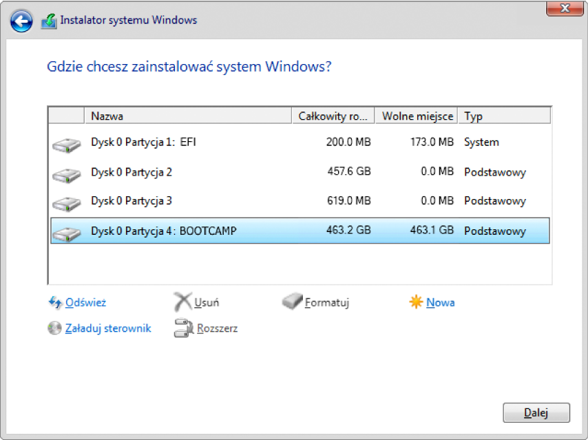 """W oknie Instalator systemu Windows: """"Gdzie chcesz zainstalować system Windows?"""" otwarte jest okno dialogowe izaznaczona jest partycja BOOTCAMP."""