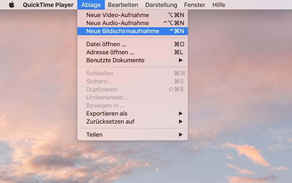 """In der App """"QuickTime Player"""" ist das Menü """"Ablage"""" geöffnet und der Befehl """"Neue Bildschirmaufnahme"""" ist ausgewählt, um die Aufnahme des Bildschirms zu starten."""