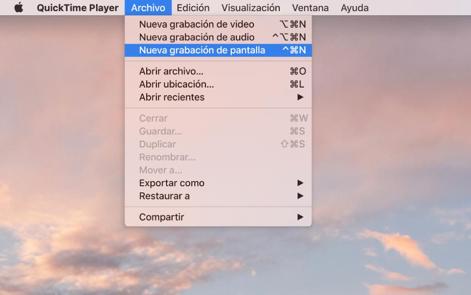 """En la app QuickTime Player, el menú Archivo está abierto y el comando """"Nueva grabación de pantalla"""" se está seleccionando para comenzar a grabar la pantalla."""