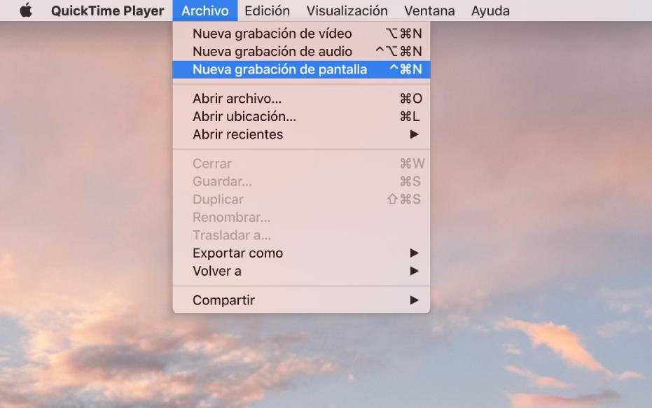 """En la app QuickTime Player, el menú Archivo está abierto y se elige el comando """"Nueva grabación de pantalla"""" para empezar a grabar la pantalla."""