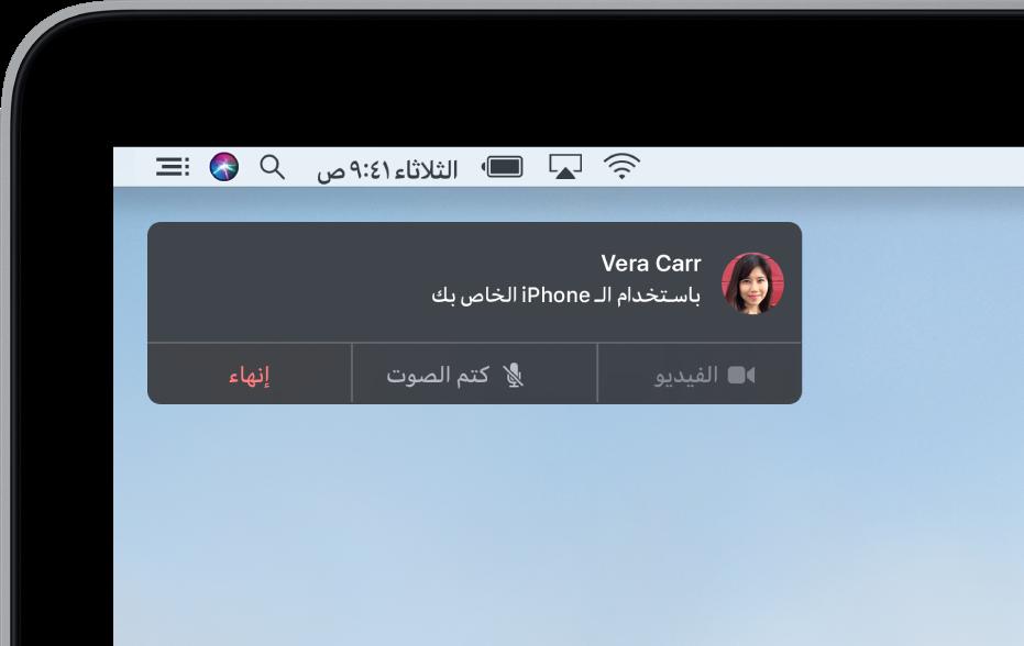 إشعار في الزاوية العلوية اليمنى من شاشة Mac تعرض مكالمة هاتفية باستخدام iPhone.