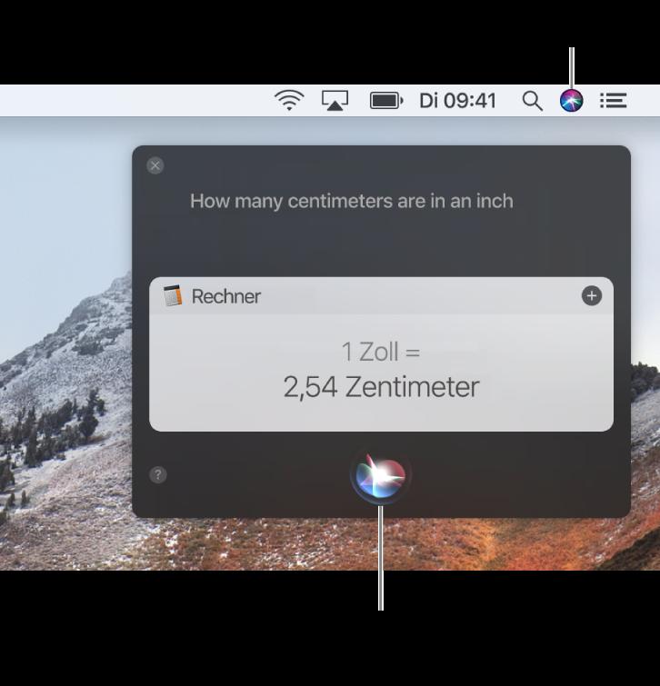 Das Siri-Symbol oben rechts in der Menüleiste auf dem Mac-Schreibtisch und das Siri-Fenster mit einer Frage und der zugehörigen Antwort (Umrechnung des Rechners). Klicke auf das Symbol unten in der Mitte des Siri-Fensters, um eine andere Frage zu stellen.