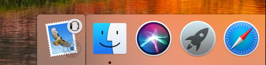 Dock के बाएँ भाग में स्थित Apple Watch से ऐप का Handoff आइकॉन।