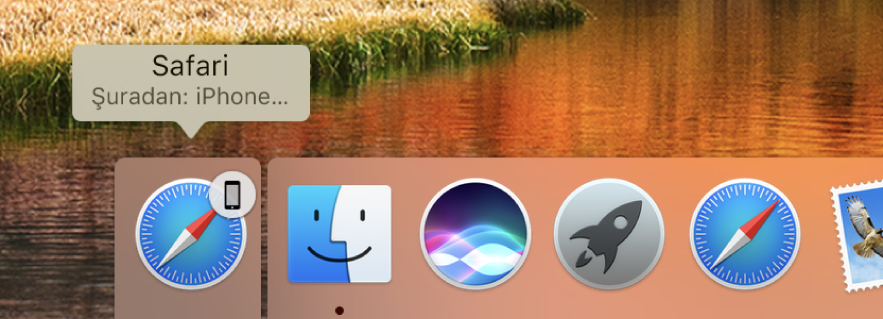 Dock'un sol tarafında iPhone'dan bir uygulamanın Handoff simgesi.