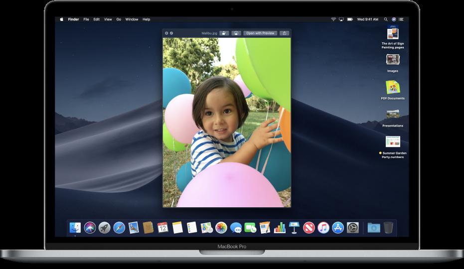 เดสก์ท็อปของ Mac ที่เปิดหน้าต่างดูแบบรวดเร็วอยู่ และมีสแต็คเดสก์ท็อปเรียงอยู่ที่ขอบด้านขวาของหน้าจอ