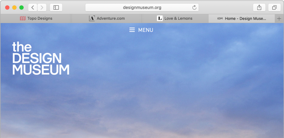 Okno Safari se čtyřmi panely; na každém znich se zobrazuje ikona anázev webové stránky