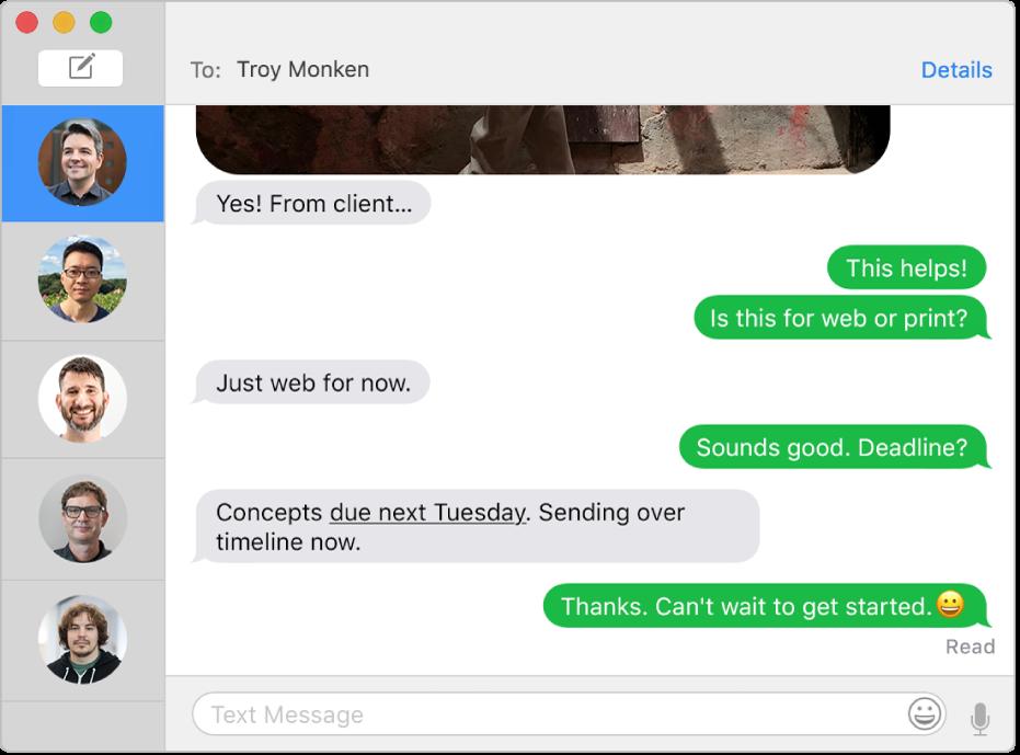 La fenêtreMessages avec plusieurs conversations dans la barre latérale de gauche, ainsi qu'une conversation ouverte sur la droite. Les bulles de messages sont vertes, ce qui signifie qu'elles ont été envoyées comme message SMS.