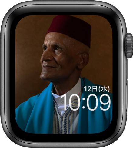 「写真」の文字盤には、同期されているフォトアルバムの中の写真を表示できます。文字盤には、時刻の上に日付が表示されています。
