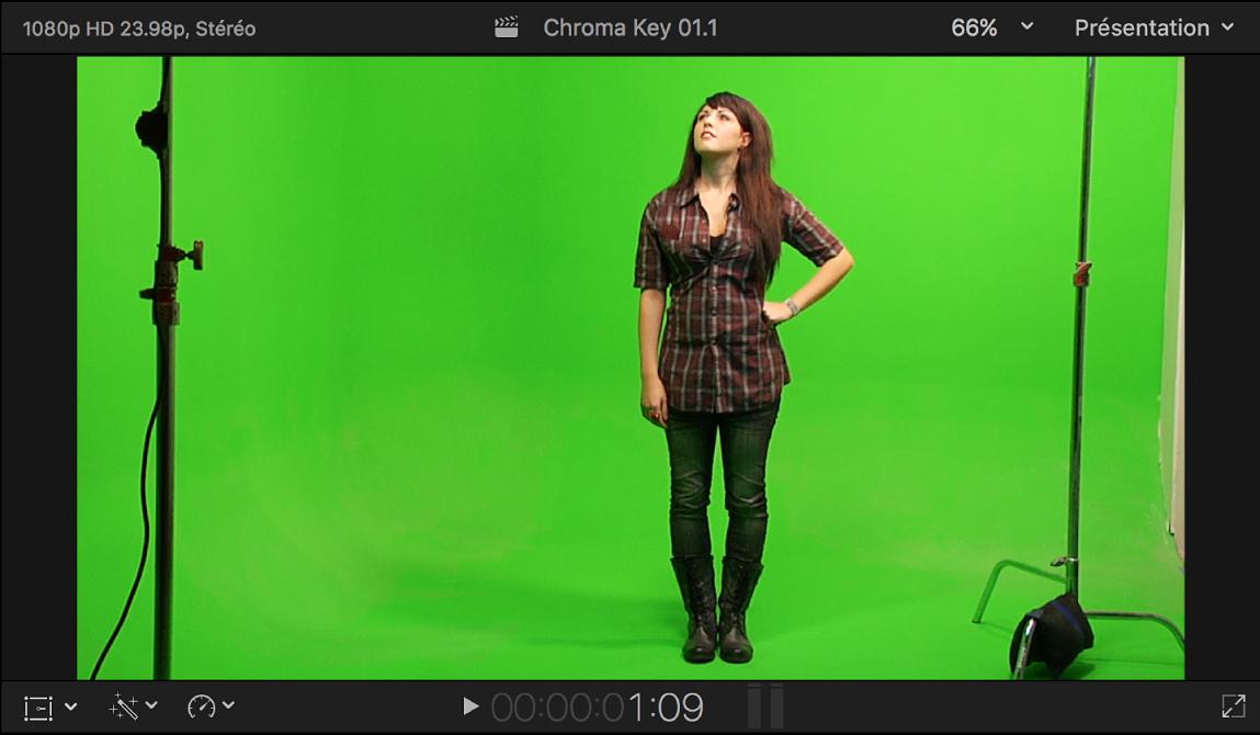 Visualiseur affichant la vidéo de premier plan à incruster en chrominance d'une femme se tenant devant un fond vert