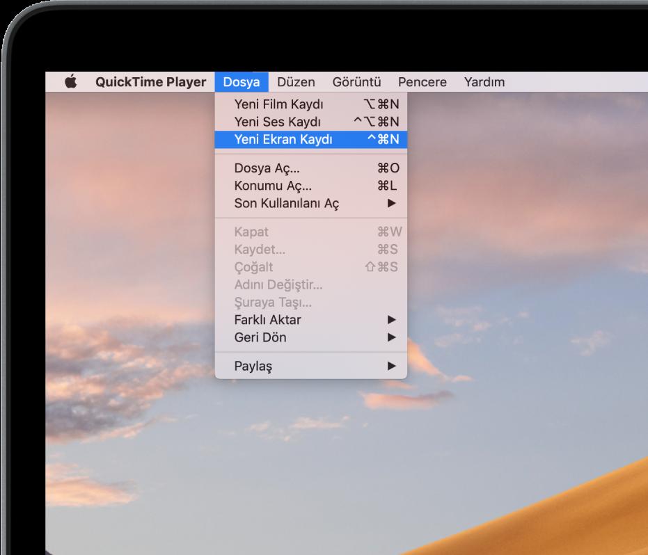 QuickTime Player uygulamasında, Dosya menüsü açık, ekran kaydını başlatmak için Yeni Ekran Kaydı komutu seçiliyor.