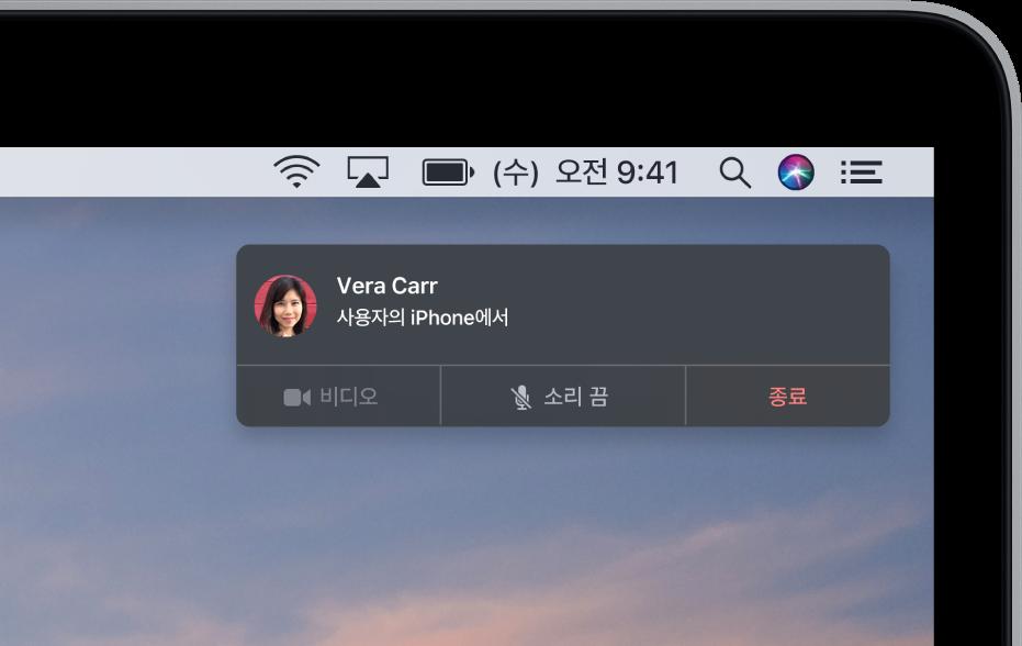 Mac 화면 오른쪽 상단 모서리에 알림이 표시되어 전화 통화가 iPhone을 통해 이루어지고 있다고 표시함.
