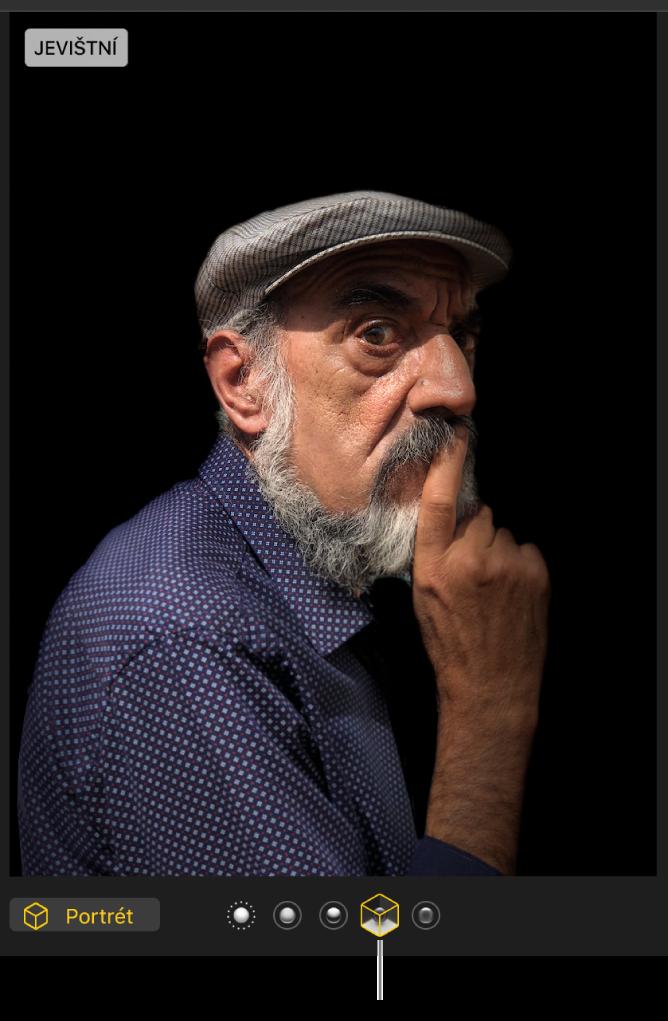 Portrétní fotografie sjevištním nasvícením, které vytváří tmavé pozadí