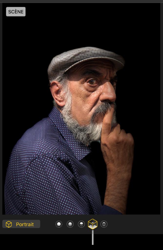 Une photo en mode portrait avec un éclairage de scène créant un arrière-plan noir.