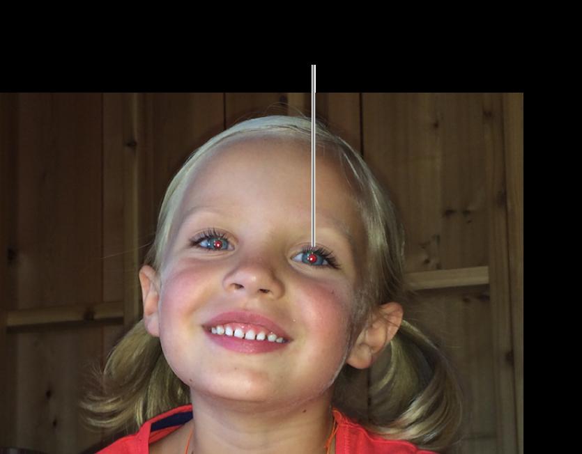 La foto di un bambino con le pupille rosse.