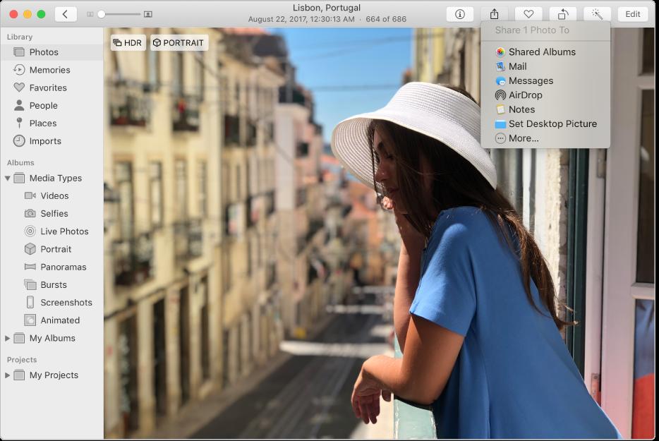 """A janela de Fotografias a mostrar uma fotografia e o menu Partilha com o comando """"Álbuns partilhados"""" selecionado."""