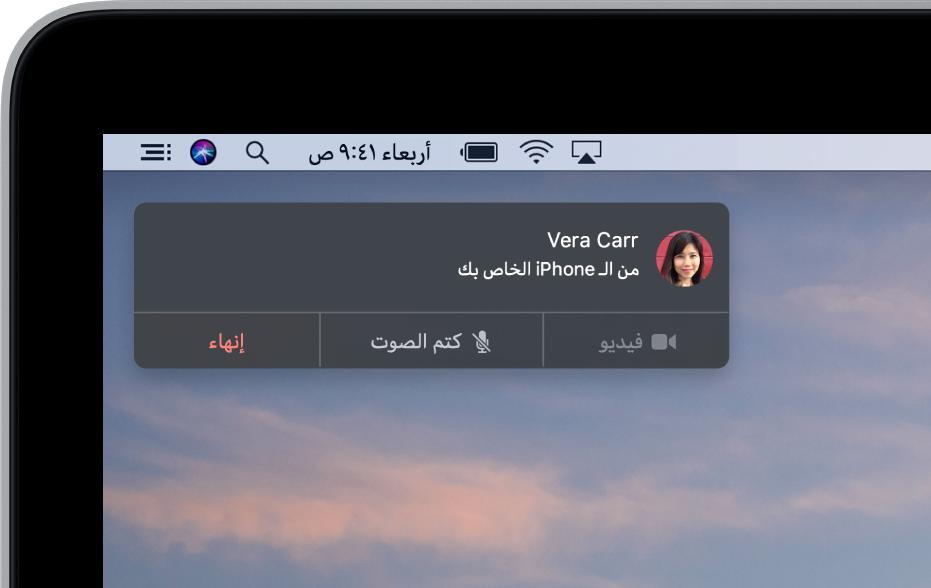 إشعار في الزاوية العلوية اليسرى من شاشة Mac تعرض مكالمة هاتفية واردة على الـiPhone.