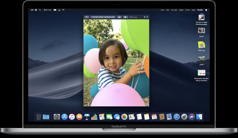 """מכתבת Mac עם חלון ״הצצה מהירה"""" פתוח וערימות לאורך הקצה השמאלי של המסך."""