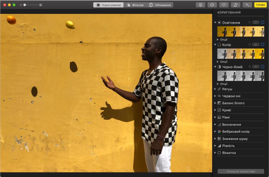 Вікно програми «Фотографії» під час редагування фото, інструменти редагування праворуч.