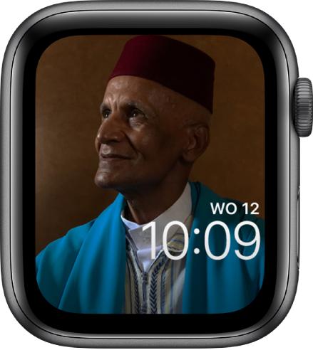 De foto op de wijzerplaat Foto's is afkomstig uit je gesynchroniseerde fotoalbum. Op de wijzerplaat wordt de datum boven de tijd weergegeven.