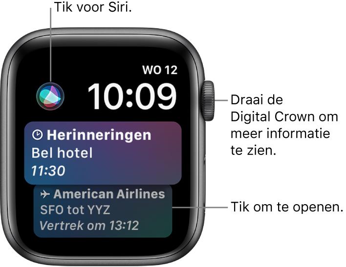De wijzerplaat Siri met een herinnering en een instapkaart. Linksboven op het scherm bevindt zich een Siri-knop. Rechtsbovenin bevinden zich de datum en de tijd.