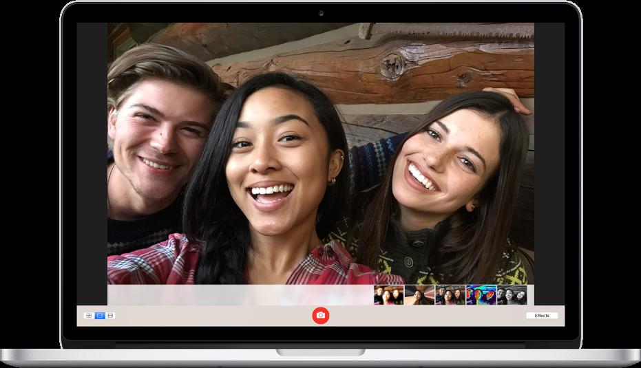 写真。微笑んでいる3人のセルフィーです。