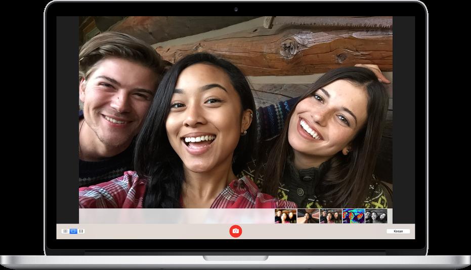 Gambar menunjukkan tiga orang tersenyum dalam selfie.