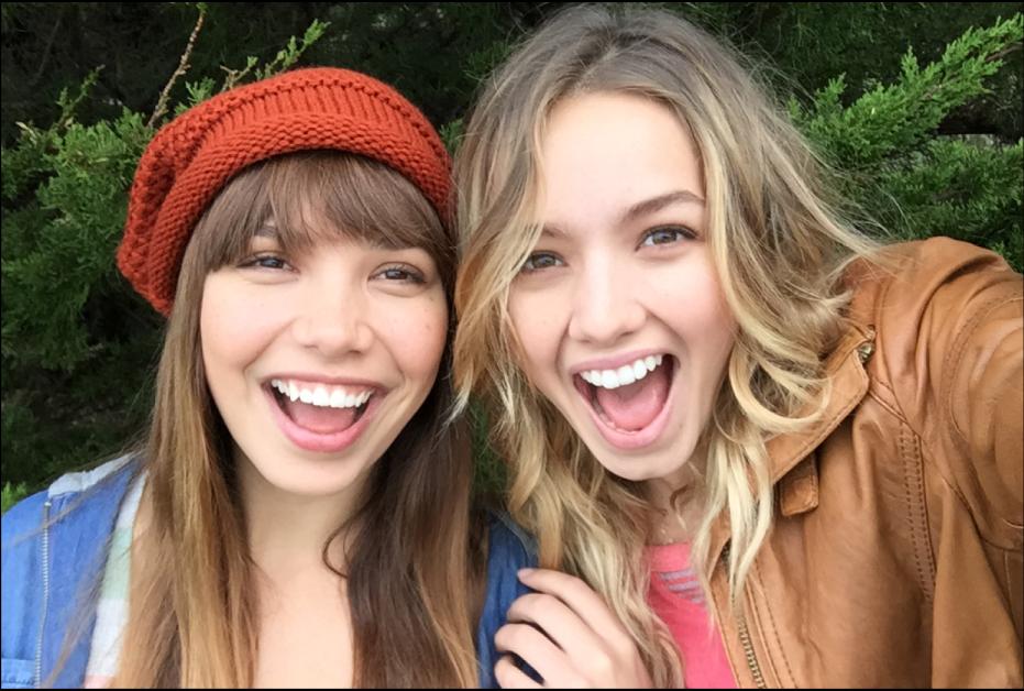 Hình ảnh hiển thị hai người phụ nữ đang cười trong ảnh tự chụp.