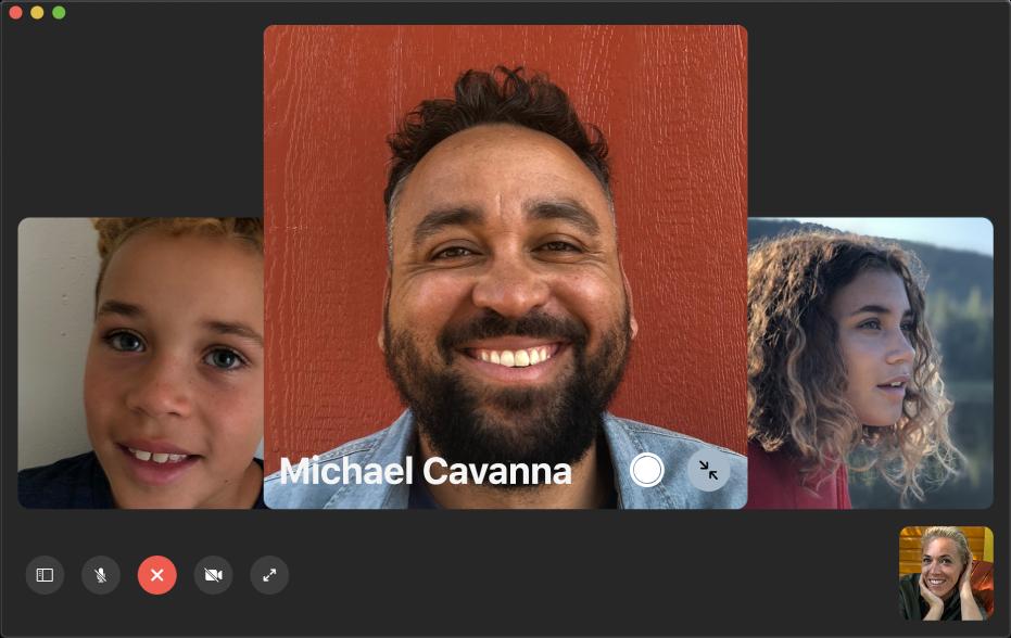 顯示兩人正在通話的 FaceTime 視窗;來電者顯示於右上角的圖中圖視窗。右下角設有「原況相片」按鈕,通話雙方均可按一下來擷取當下的「原況相片」。
