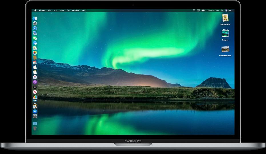 使用「深色模式」的 Mac 桌面,一張自訂桌面圖片,Dock 位於螢幕左緣,桌面堆疊沿螢幕右緣排列。
