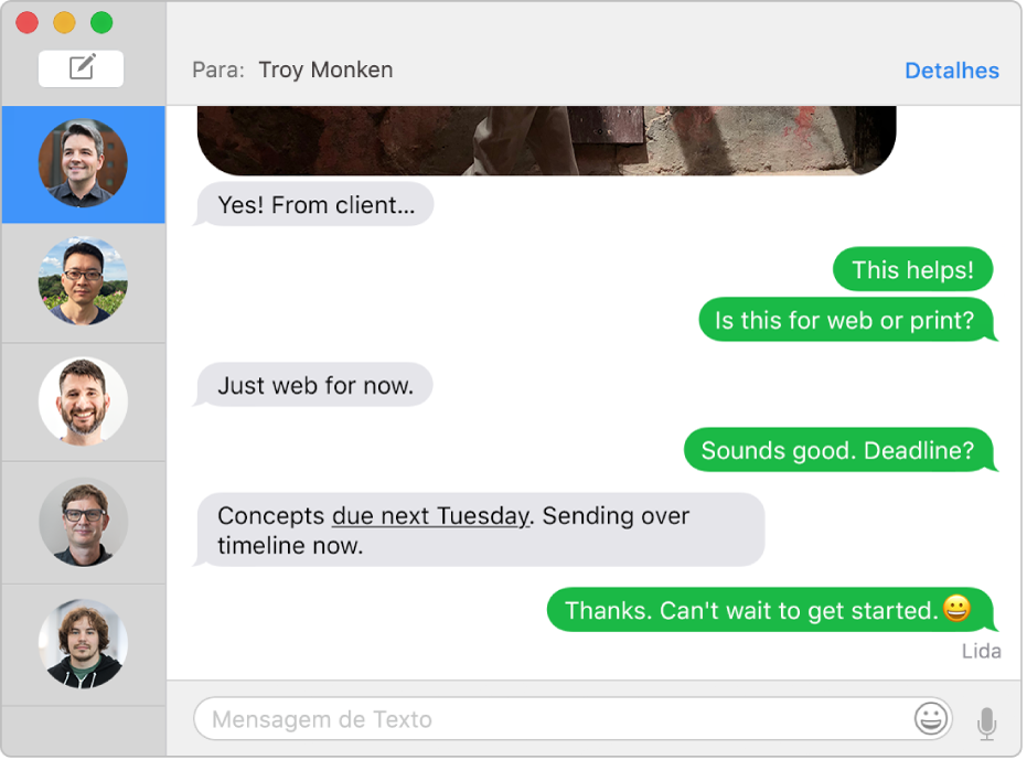 A janela do Mensagens com várias conversas numa lista na barra lateral à esquerda e uma conversa exibida à direita. Os balões das mensagens são verdes, indicando que elas foram enviadas como mensagens de texto SMS.