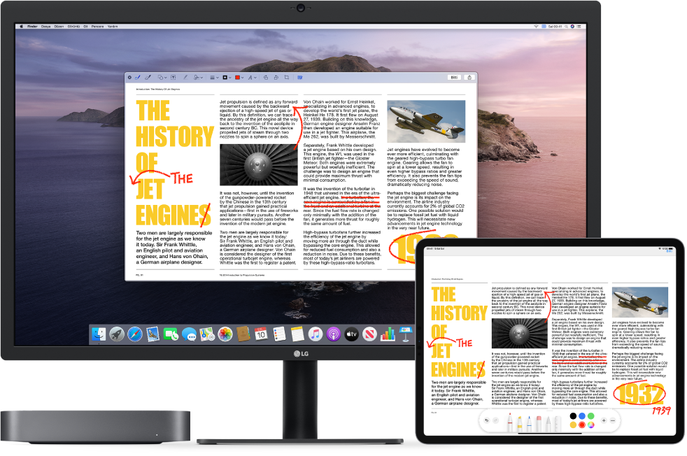 Yan yana bir Mac mini ve bir iPad. Her iki ekran da üzeri çizilmiş cümleler, oklar ve eklenmiş sözcükler gibi karalanmış kırmızı düzeltmelerle kaplı bir makale görüntülüyor. iPad ekranının en altında da işaretleme denetimleri var.