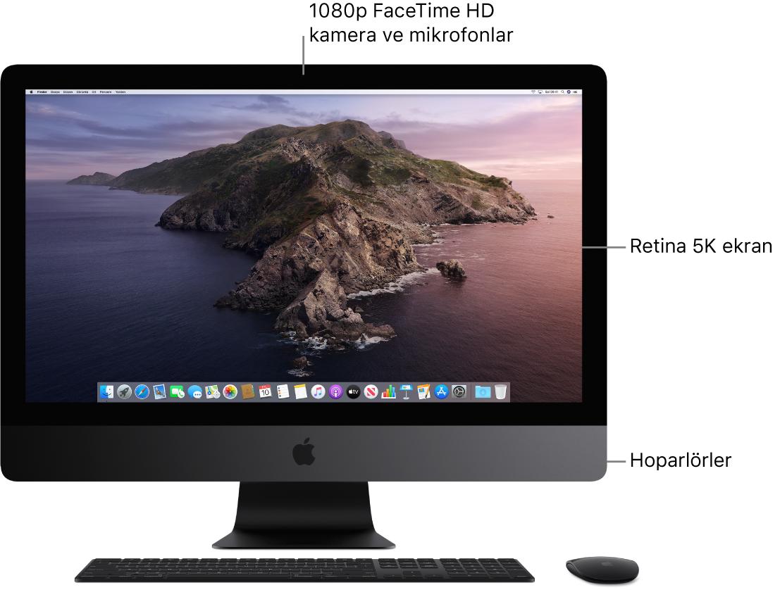 Ekran, kamera, mikrofonlar ve hoparlörleri gösteren iMac Pro'nun önden görünüşü.
